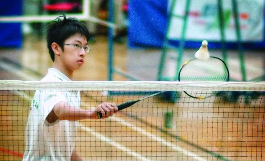 小時候的家朗打羽毛球已經有一手