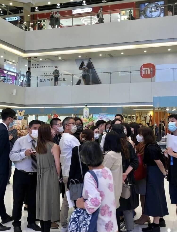 MIRROR經理人黃慧君(花姐)噚日喺屯門市廣場被網民「野生捕獲」 圖片來源:屯門牛牛@Facebook