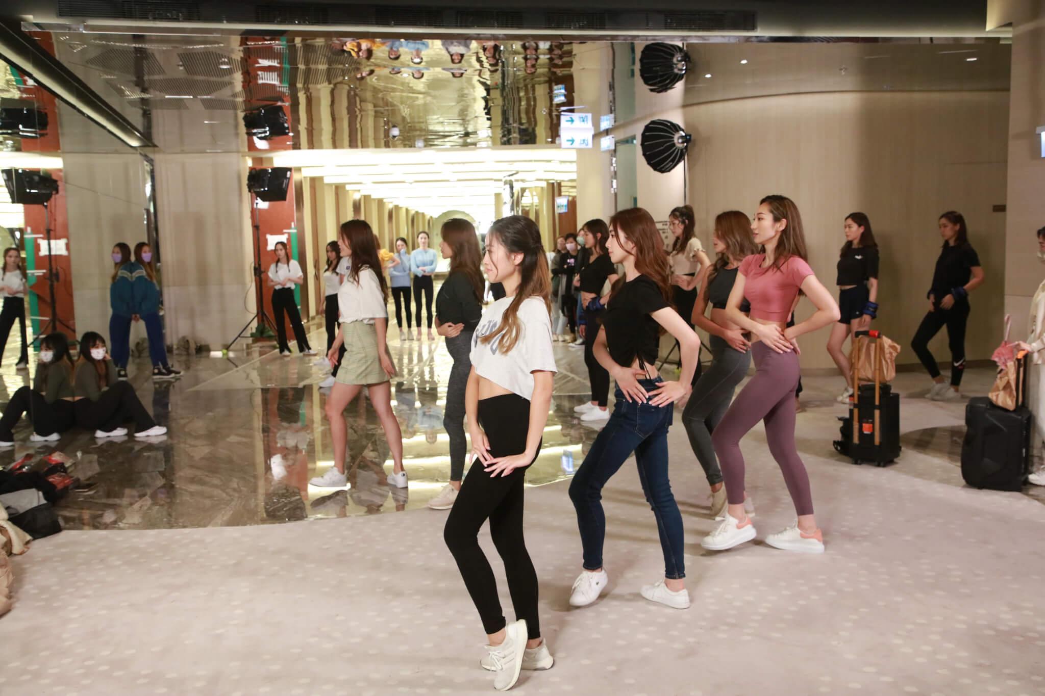 佳麗們接受跳舞訓練。