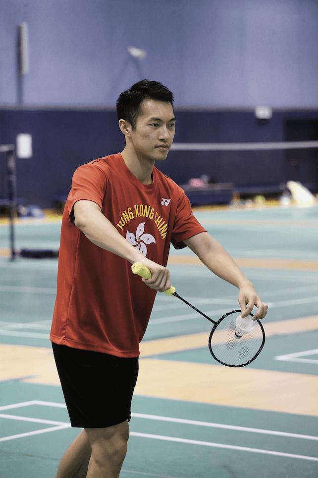 家朗每次比賽都準備六枝球拍,因為殺球時球拍網經常被打爛