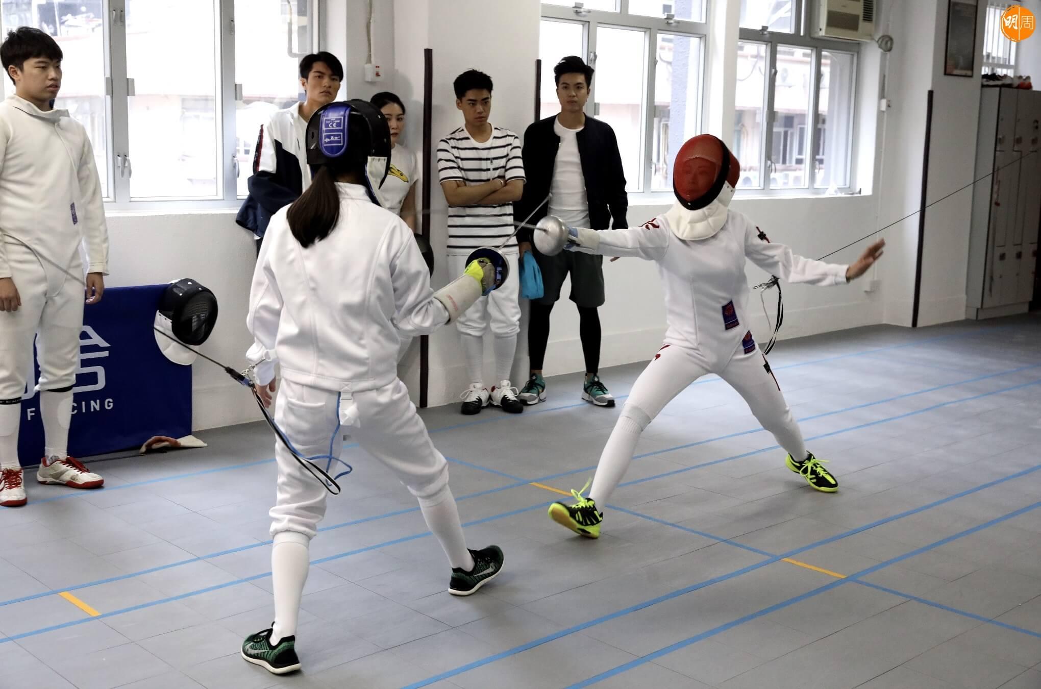 李君妍(紅面罩)透露拍攝劍擊戲份時,與Judy均是親身上陣。