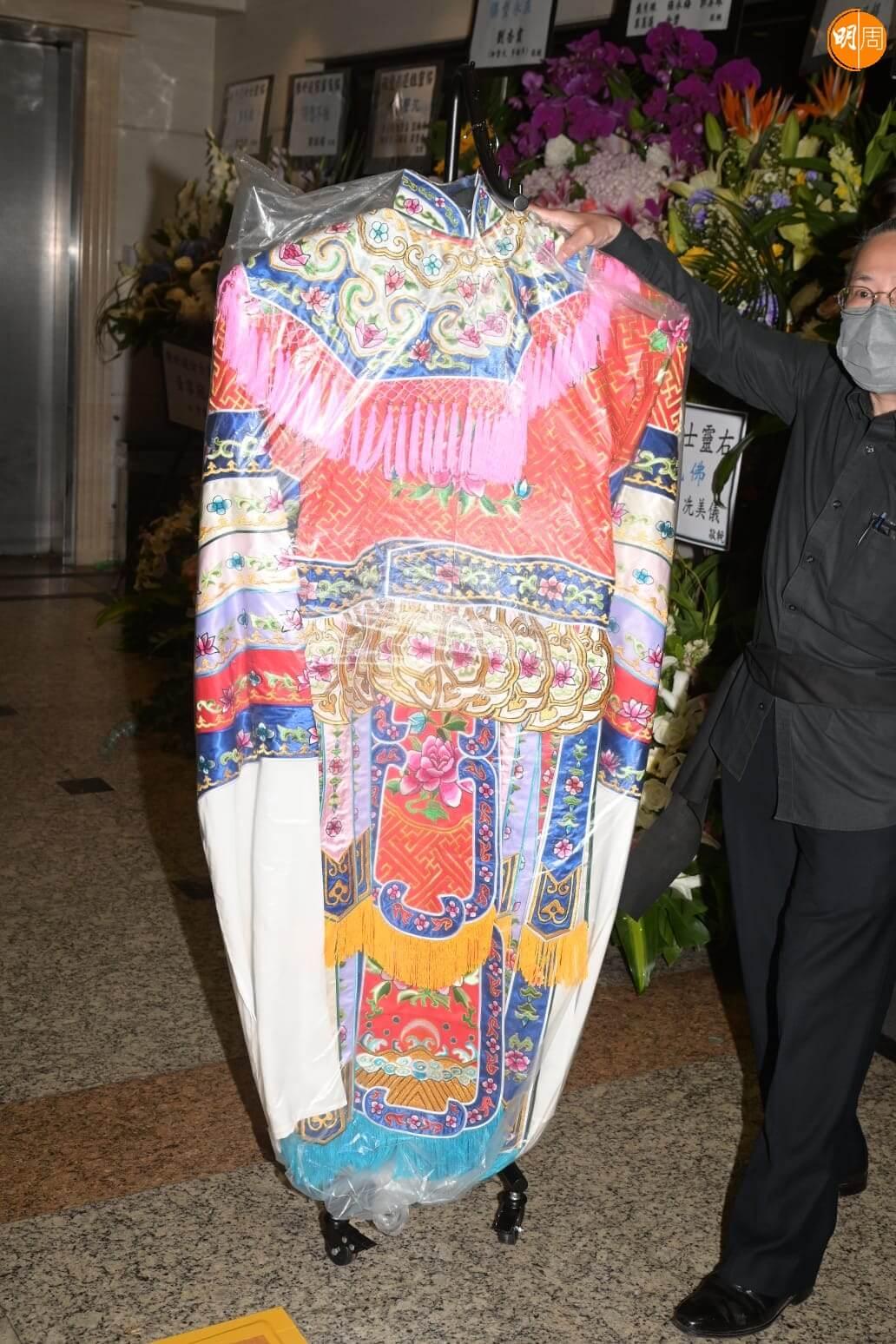 梅雪詩、李龍、龍貫天都有到場,粵劇服裝師傅陳國源,去年曾為逑姐做了一套價值過萬元的戲服