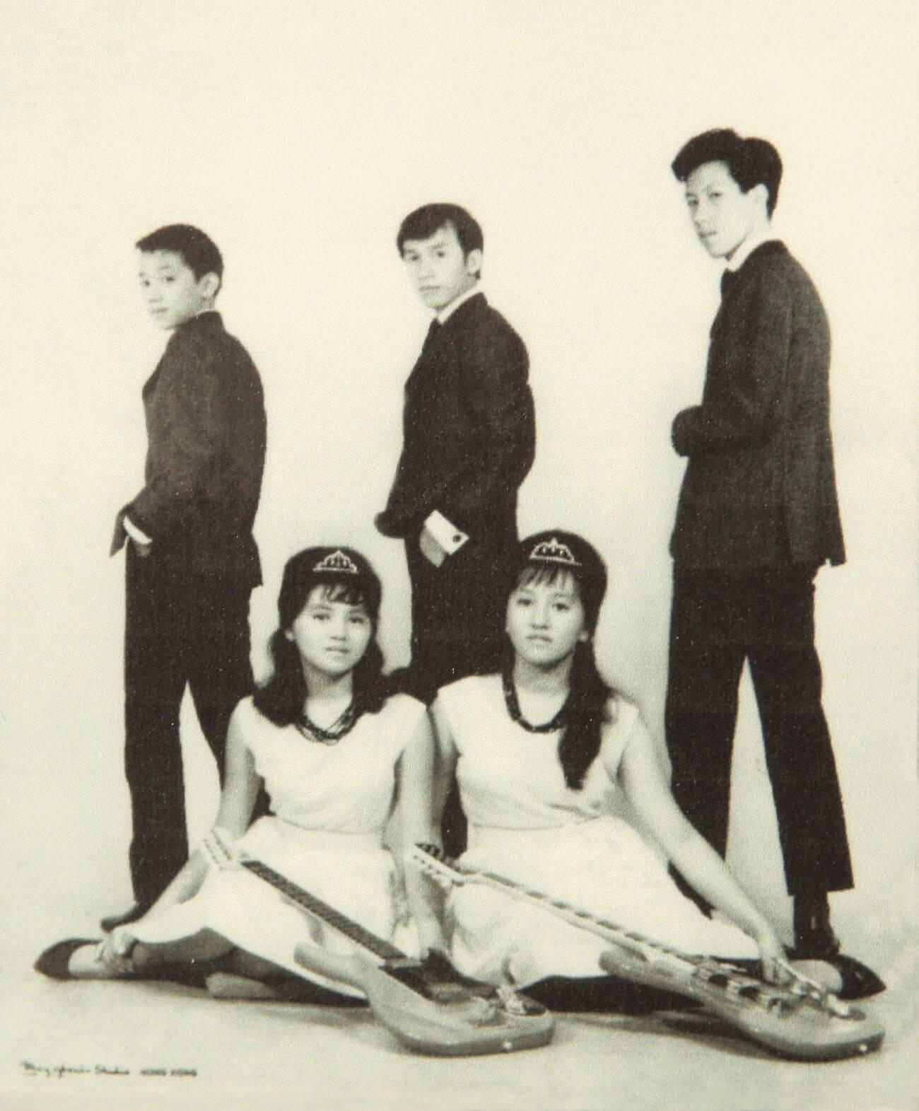 Top Notes時代五人組合,Joe Junior(中)是男主音,前面兩位Samson姊妹花也有份唱。